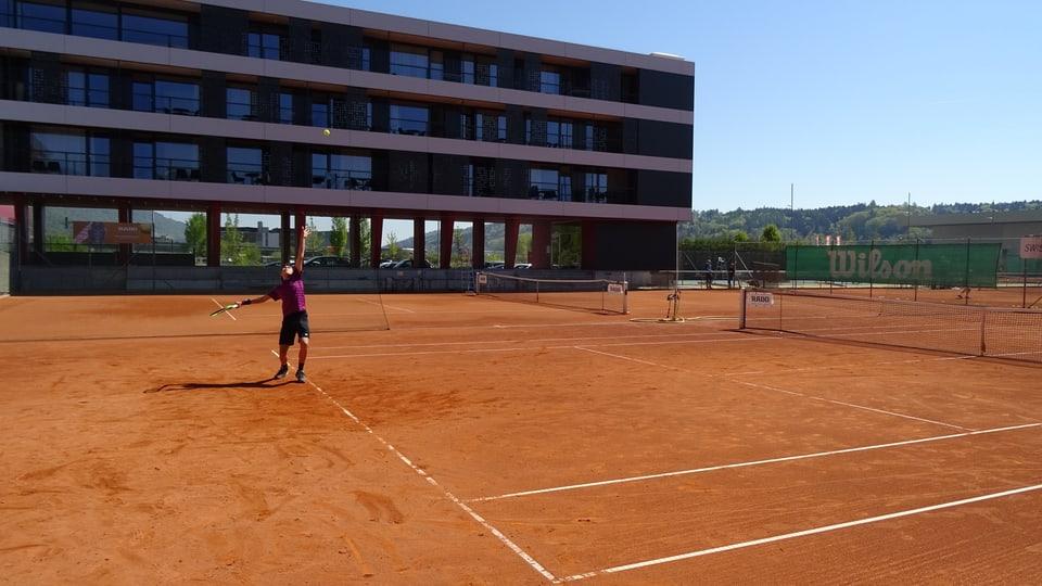 Maurus Malgiaritta viva e trenescha en il center naziunal da Swiss Tennis a Bienna.
