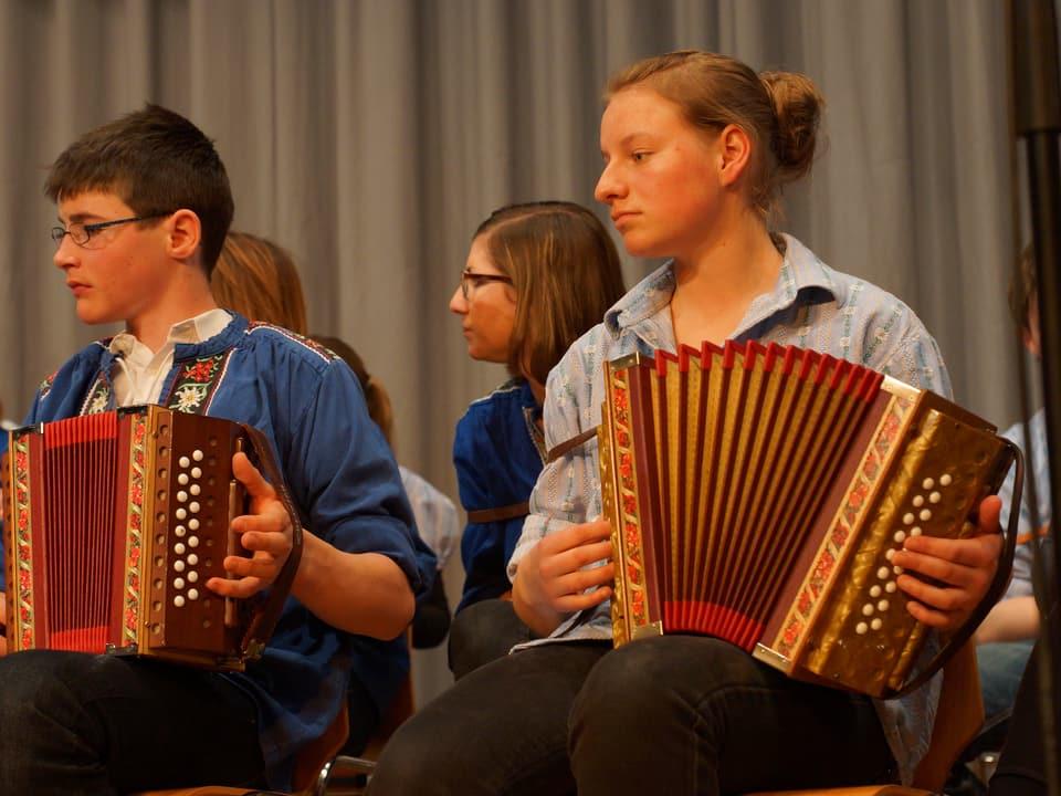 Jugendliche Akkordeonisten proben.