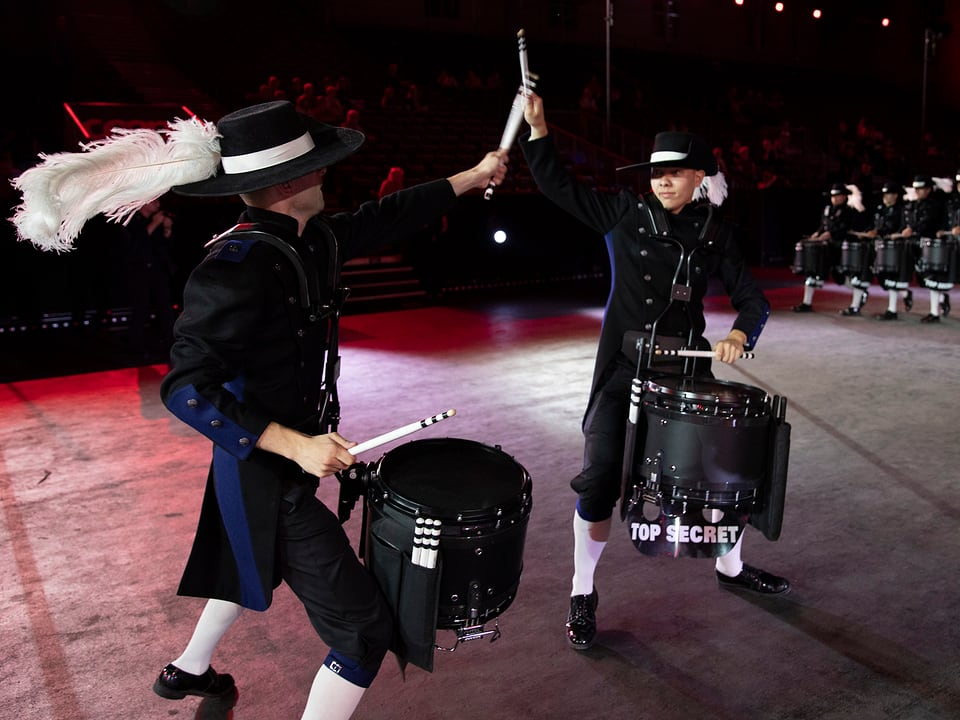 Zwei Trommler fechten scheinbar mit den Schlegeln.