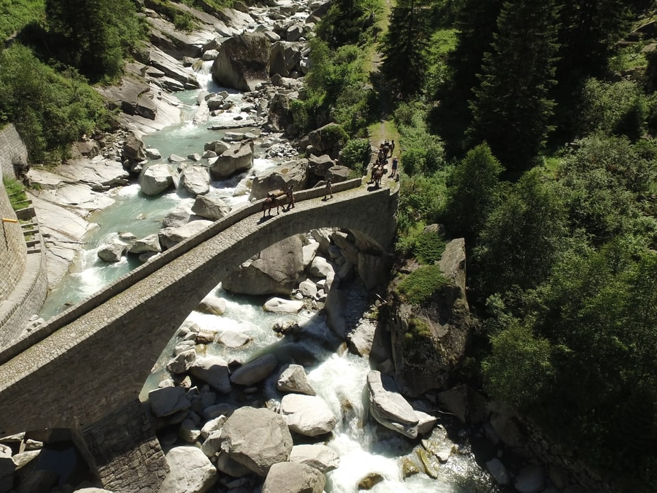 Steinbrücke über Reuss, aus der Vogelperspektive fotografiert