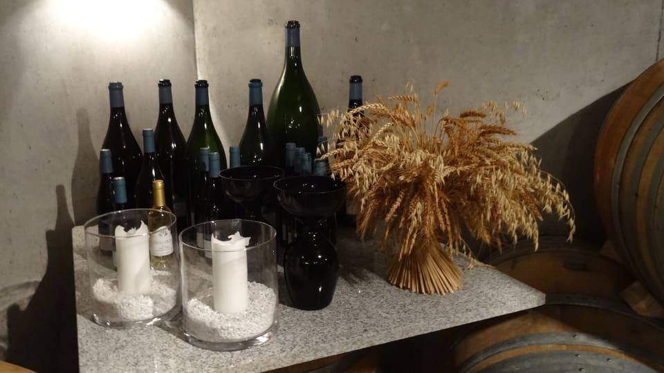 in chantun cun buttiglias, chandeilas ed ina meisina per degustar vin