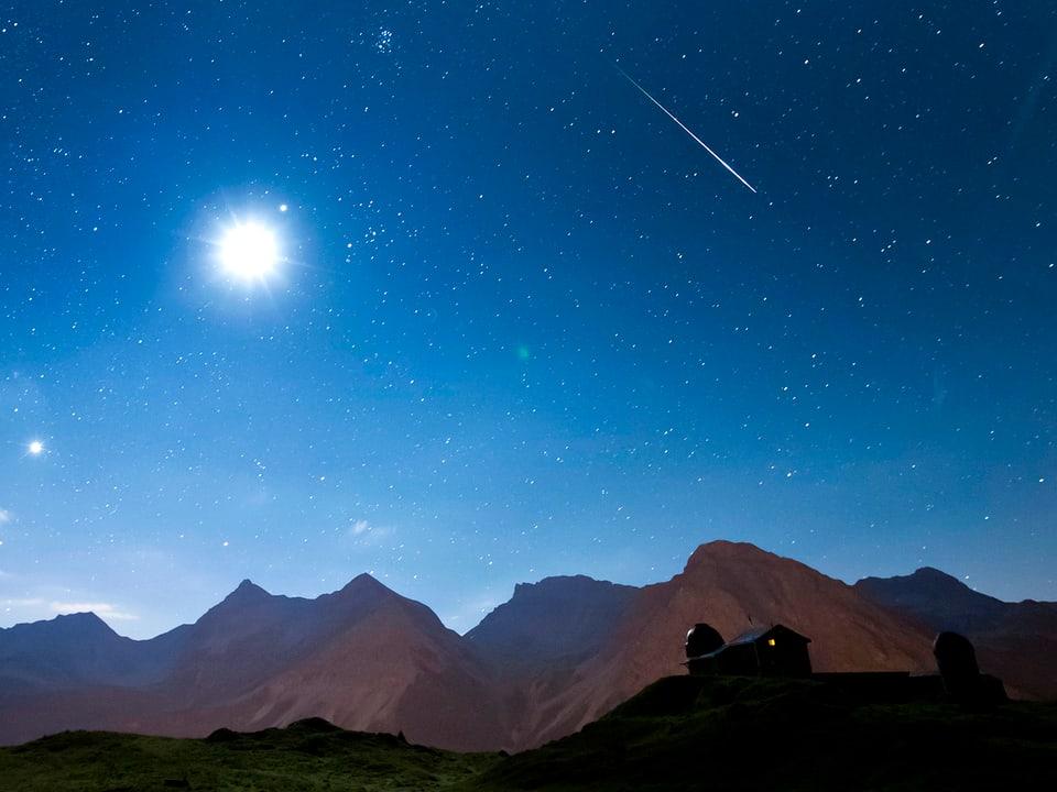 Sternschnuppe über den Bergen.