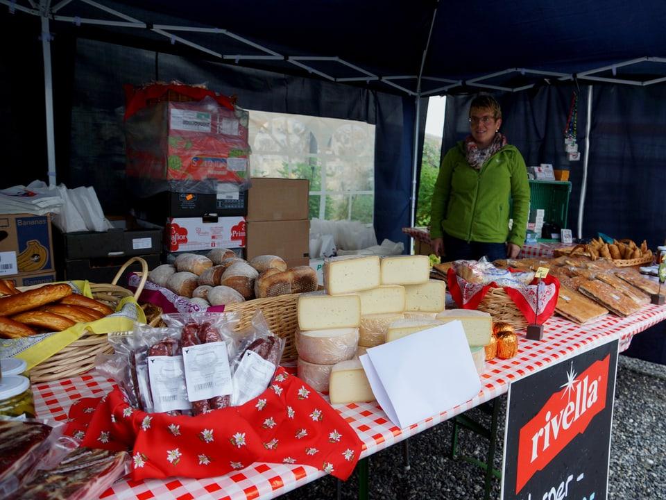 Ein Marktstand mit vielen Lebensmitteln, vorwiegend Käse.