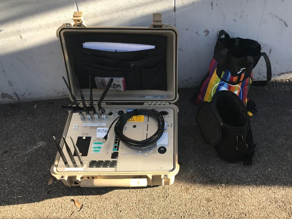 Übertragungskoffer liegt auf dem Boden.