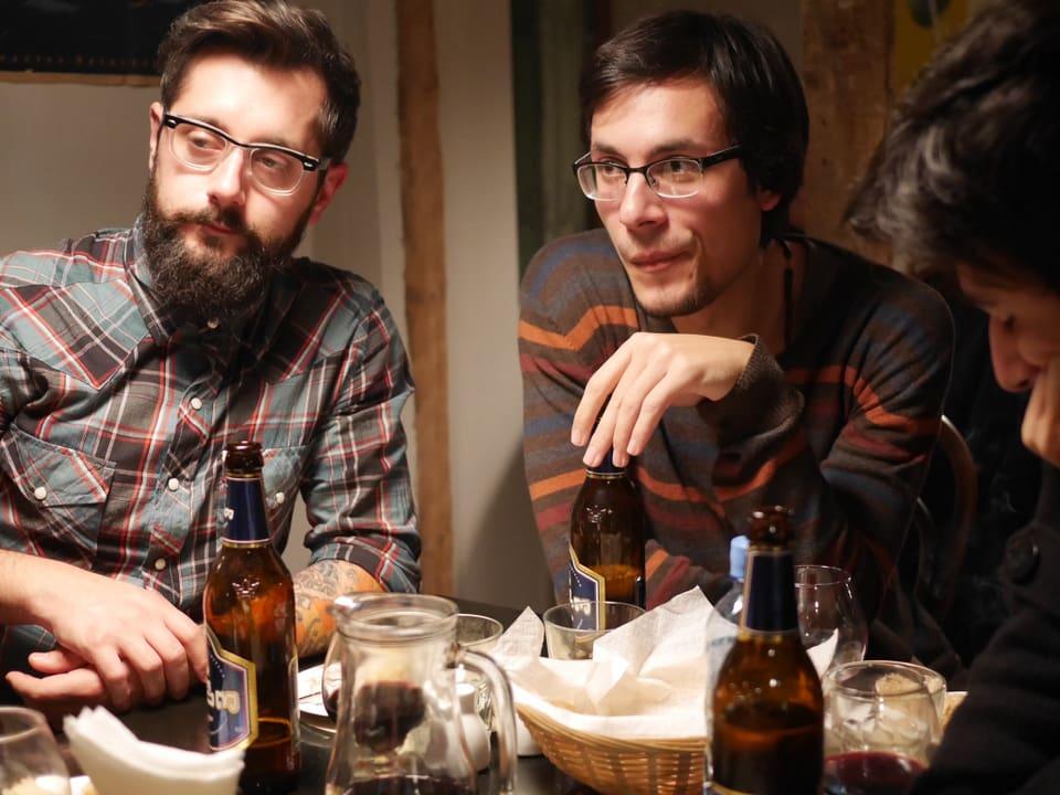 Alternative Bars gibt's wenige. Im 'Moulin Electrique' finden sich Künstler und Musiker. Sie laden Andi spontan auf Bier und den lokalen Schnapps 'Chacha' ein.