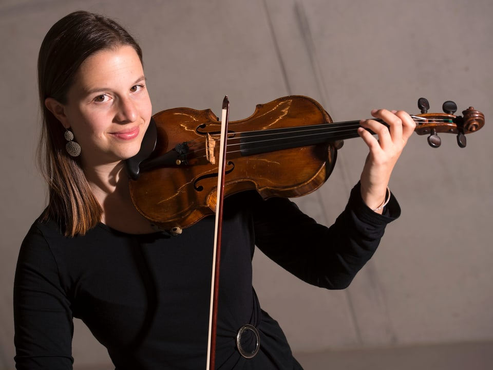 Flurina Sarott, violinista a l'orchester da la Tonhalle a Turitg. Er per in profi fa la gnervusitad part da la lavur – malgrà che la fifa è per blers da ses collegas in tabu.