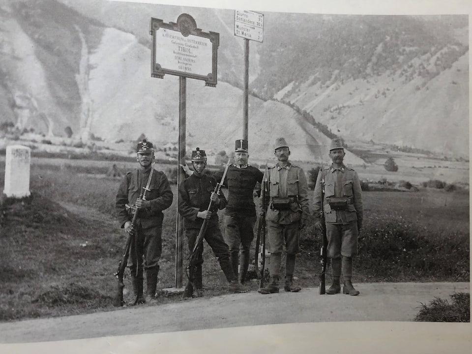 Cunfin Müstair – Tuer/Taufers cun schuldads Austriacs e Svizzers avant l'emprima guerra mundiala.