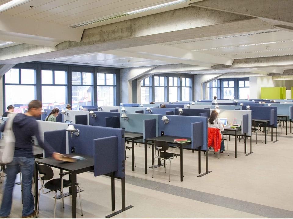 Blick in einen Arbeitsraum mit modernsten Arbeitsplätzen.