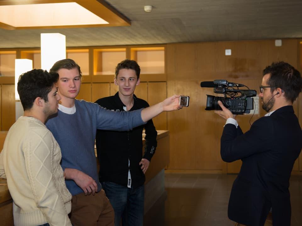 Drei Schüler werden gefilmt, während sie sich selbst filmen.