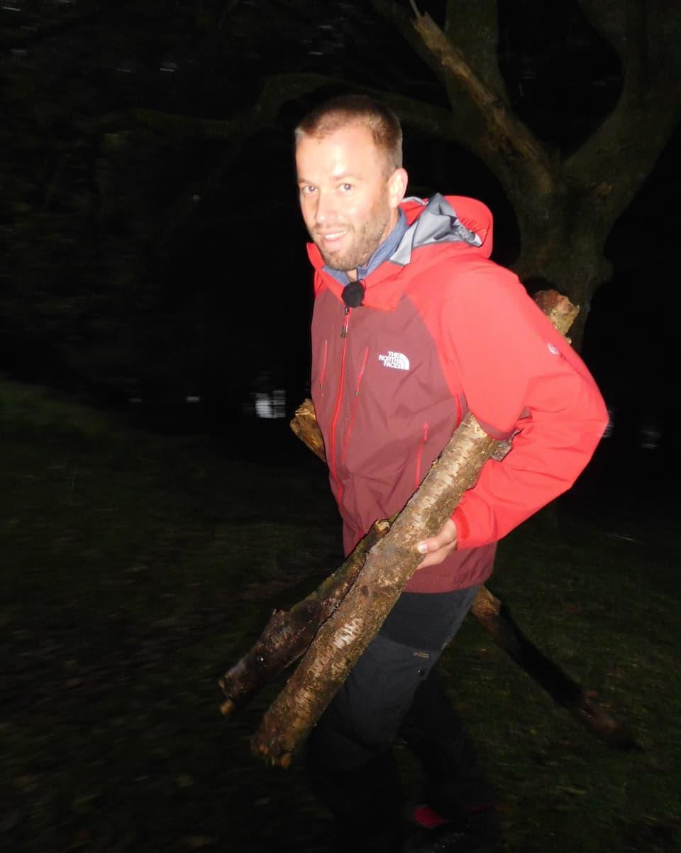 Jonny Fischer mit Holz in den Händen.
