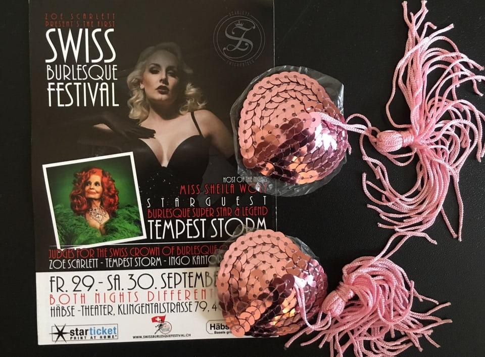 Plakat des Swiss Burleque Festivals. Daneben rosarote paillettenbesetzte Pasties mit Quasten.
