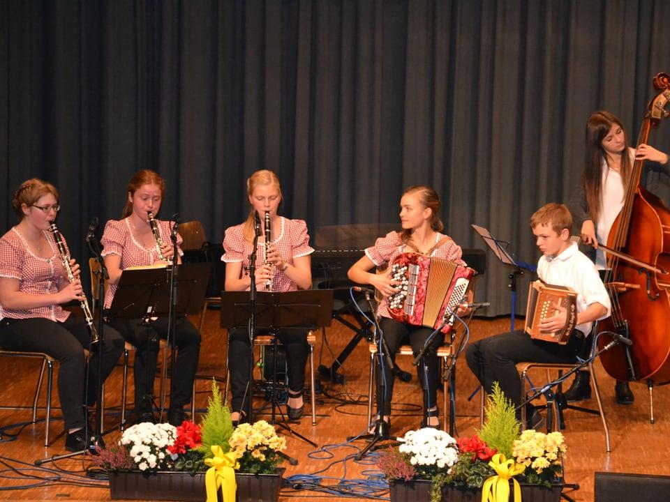 Junge Musikanten: drei Klarinettistinnen, eine Akkordeonspielerin, ein Schwyzerörgelispieler und eine Kontrabassistin.