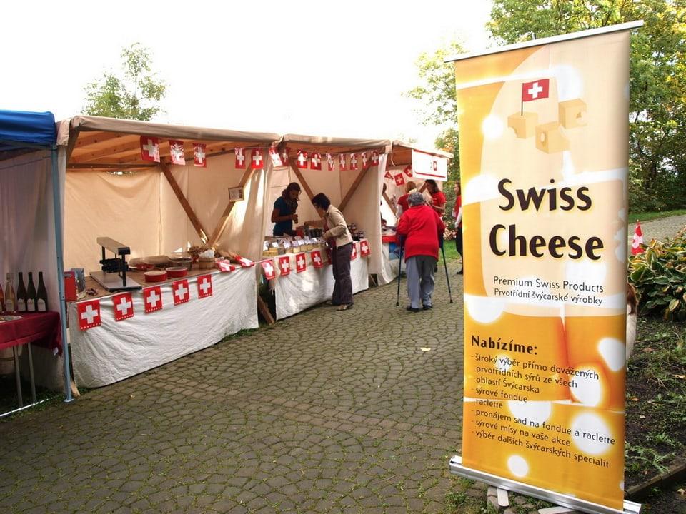 Ein «Swiss Cheese»-Plakat weist auf das Angebot an Schweizer Käse hin, das auf Marktständen bereit liegt.