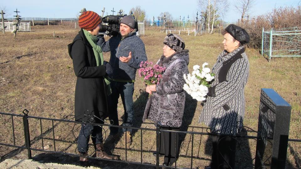 Kathrin Winzenried und Kameramann Laurent Stoop auf dem Friedhof von Nowaja Lawa.