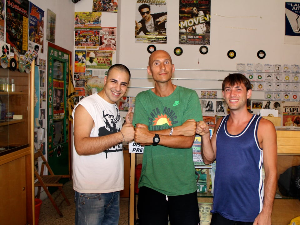 Reggae Special Redaktor Lukas Wyniger (in der Mitte) zusammen mit Gigi Selekta und Roberto im «Moses Vibes Record Store».