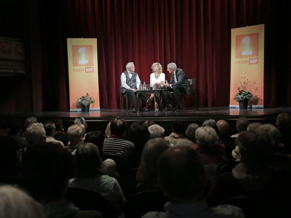 Publikum und Bühne mit Peter Bichsel, Eliana Burki und Dani Fohrler.