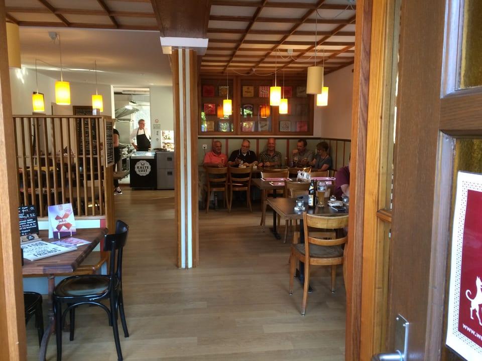 Gaststube und Teil der Küche eines Restaurants.