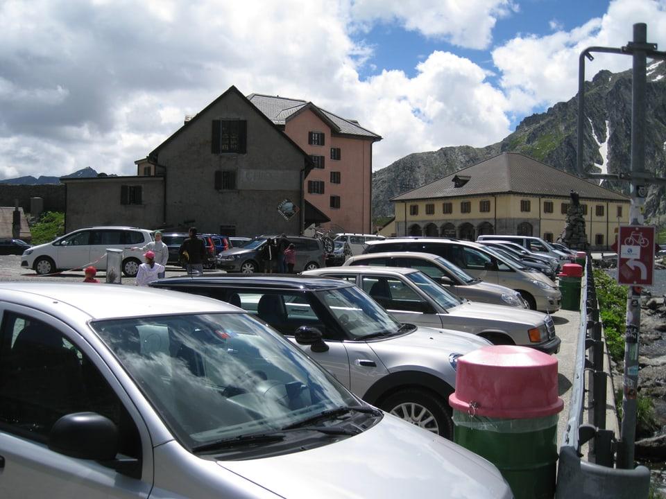 Auf dem Parkplatz der Passhöhe haben viele Touristen im Sommer ihre Autos parkiert.
