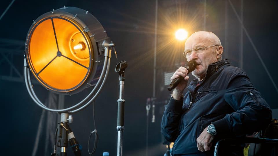 Phil-Collins-live-in-Z-rich-Mit-Gehstock-und-Welthits