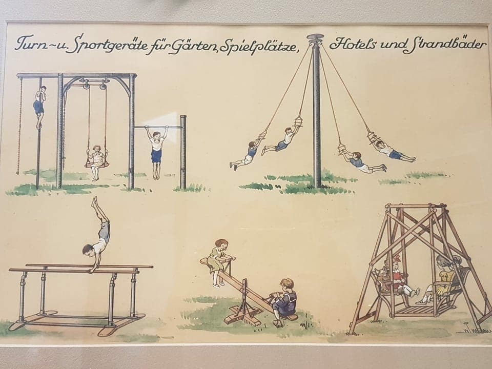 """Ein Poster mit Illustrationen zu """"Turn- und Sportgeräte für Gärten, Spielplätze, Hotels und Strandbäder"""", namentlich Kletterstange, verschiedenen Schaukeln, Reckstange, Rundlauf und Barren."""