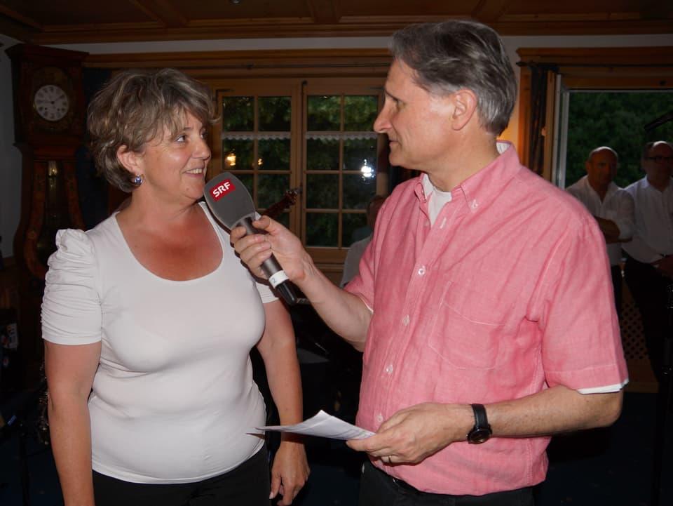 Der Moderator interviewt den Gesprächsgast.