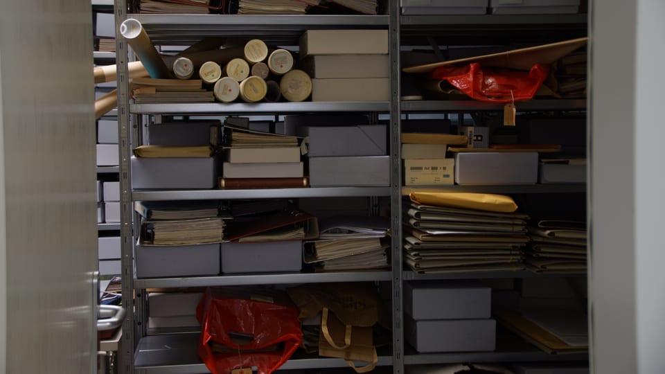 Sguard en l'archiv, ins vesa ina curuna emplenida cun stgatlas en tuttas furmas.