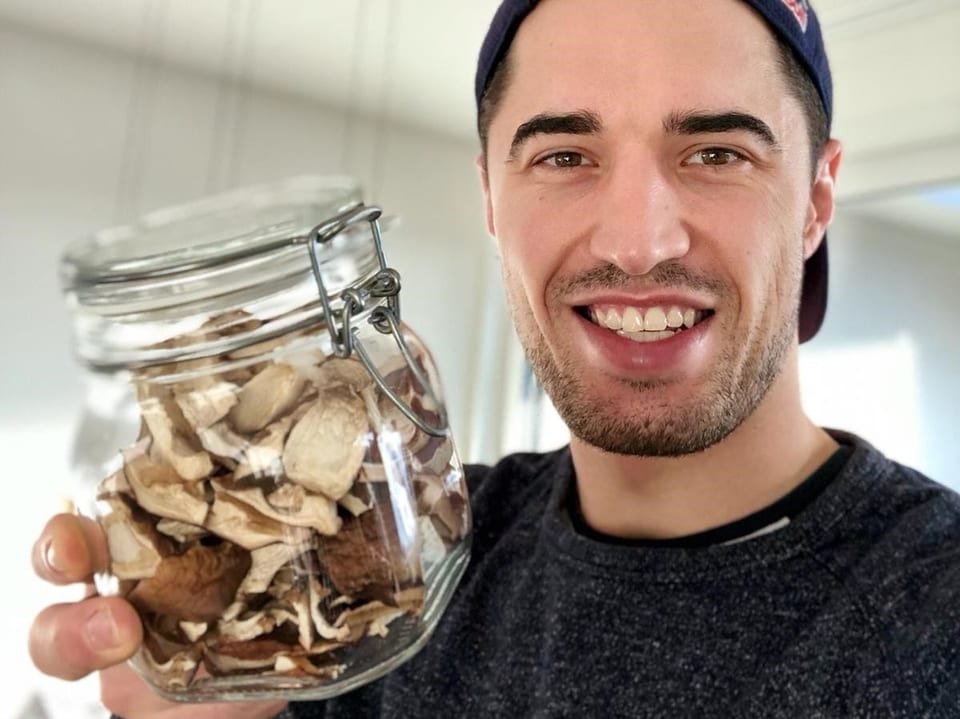 Max Heinzer mit getrockneten Pilzen