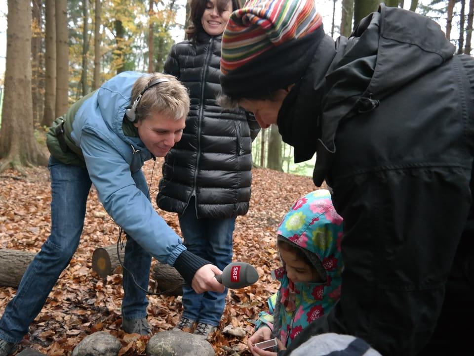 Reto Scherrer interviewt die Waldkindergärtner.