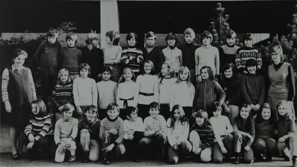 Claudia und Roger in der Primarschule bei Lehrerin Martha Ryf. Beide in der vordersten Reihe Claudia (1.v.l.) und Roger (5.v.l.).