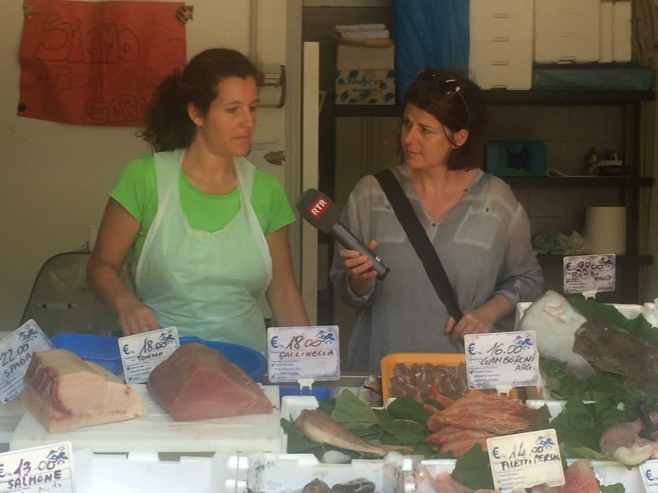 La fiera sin piazza San Cosimato – Simona prepara e venda ils peschs.