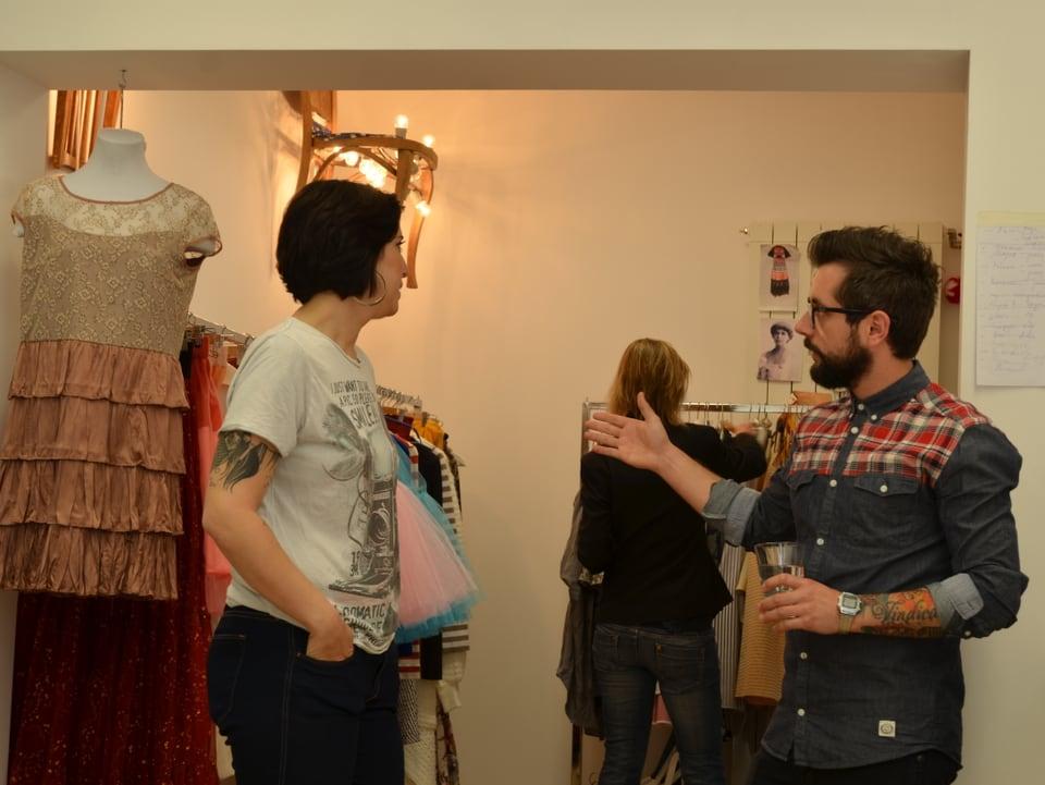 Das schmucke Atelier der Modedesignerin Mila Ateva (links) ist zugleich Werkstatt, Nähfabrik, Verkaufsladen und Büro.