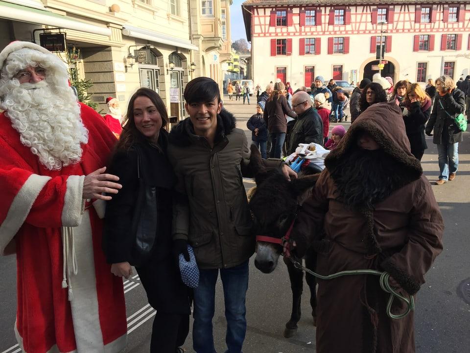 Jawad trifft den Samichlaus auf dem Weihnachtsmarkt.