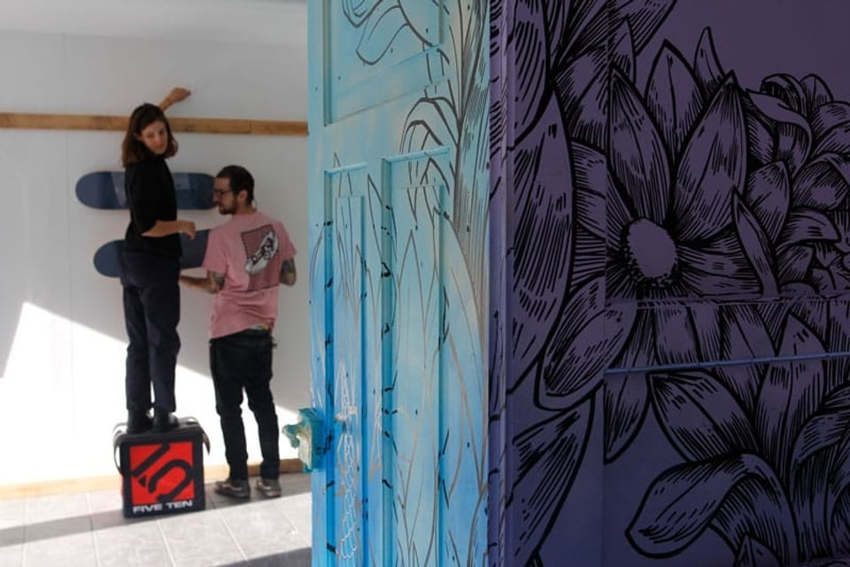 Elena Könz cun «Rips1» en l'atelier.