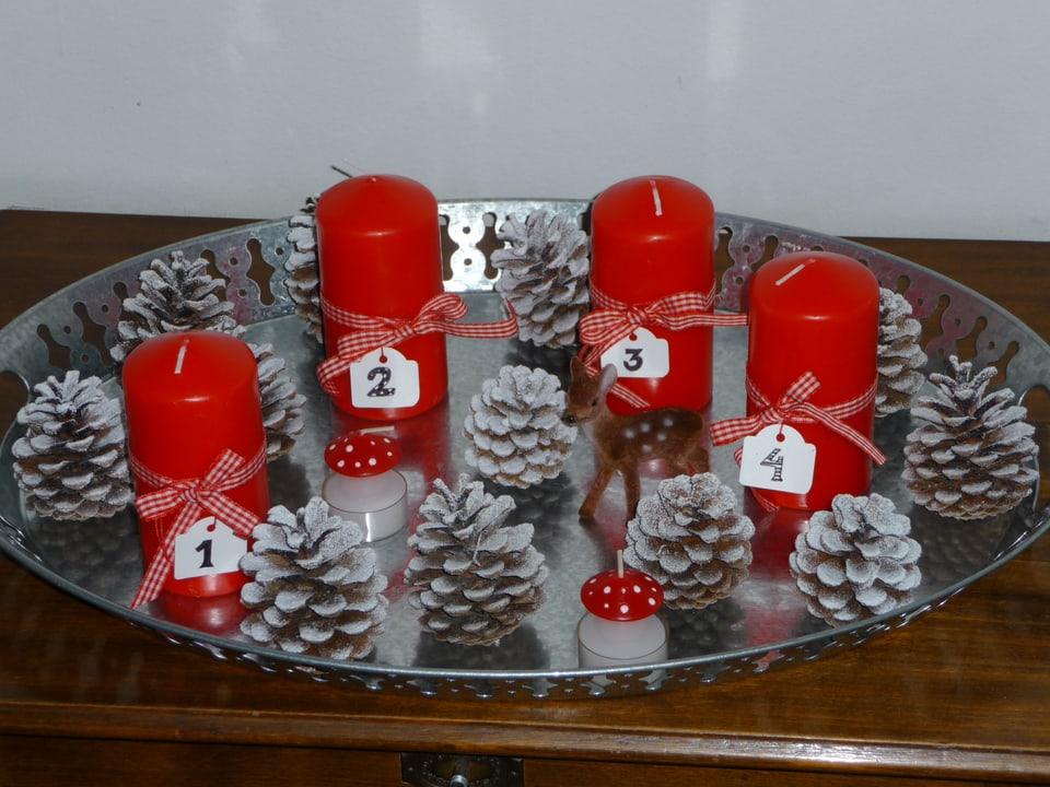 Tannenzapfen und rote Kerzen.
