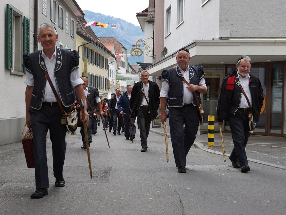 Blick auf eine Altdorfer Gasse mit spazierenden Männern.