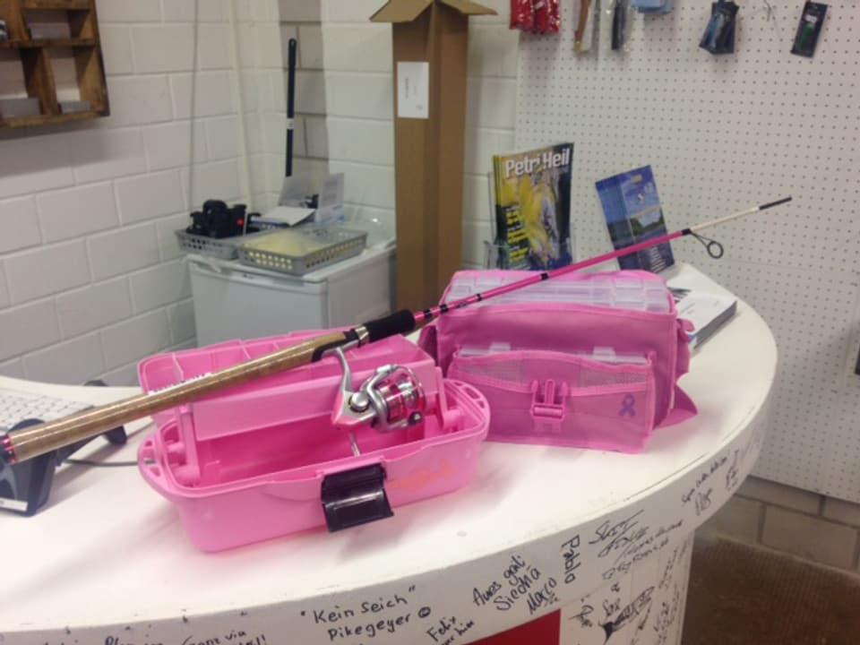 Jeder zehnte Fischer ist eine Fischerin. Für Frauen gibt es alles fürs Fischen auch in der Farbe Pink.