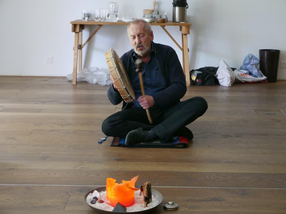 Schamane Carlo Zumstein während einer schamanischen Reise in andere Welten.