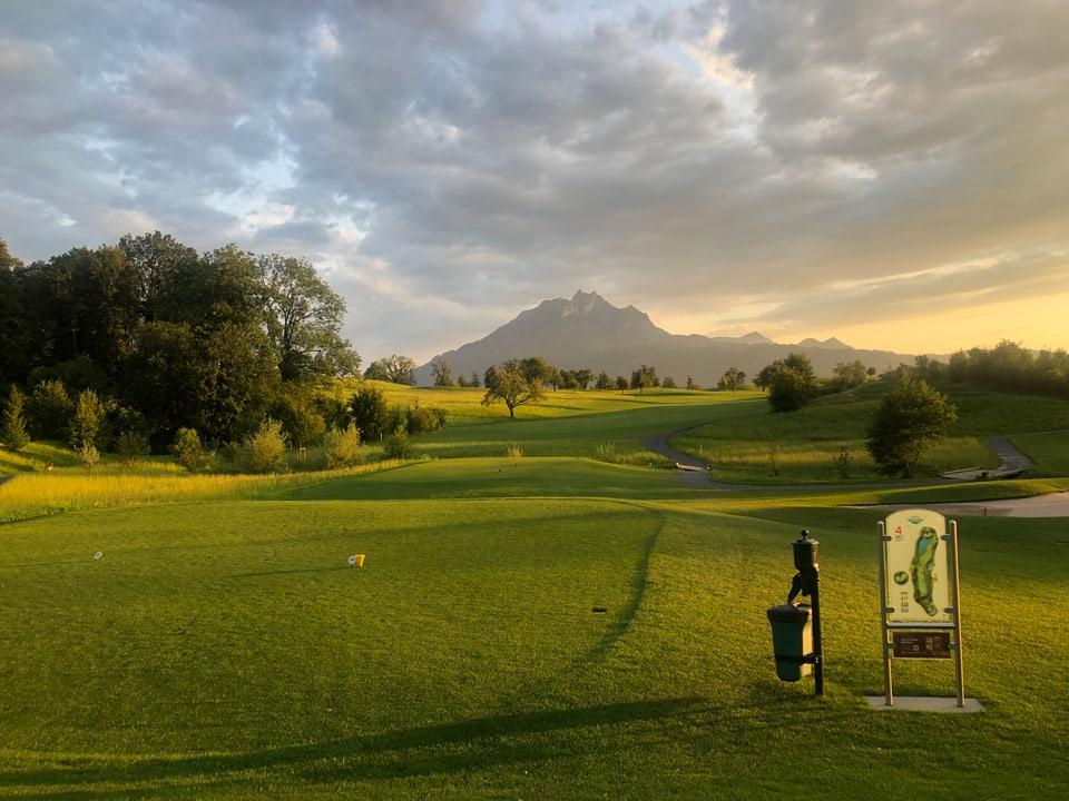 Bell'atmosfera sin la plazza da golf a Meggen suenter in urizi