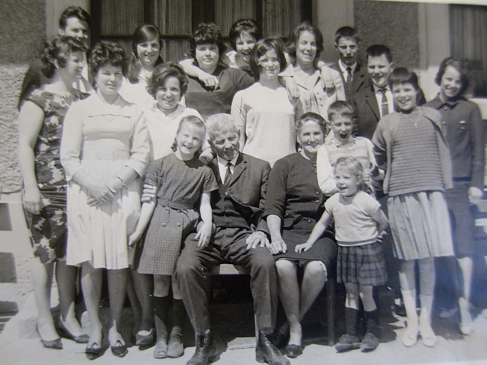 Die Familie Julier mit der nicht ganz vollständigen, aber immer noch grossen Kinderschar ungefähr Mitte der 1960er Jahre.