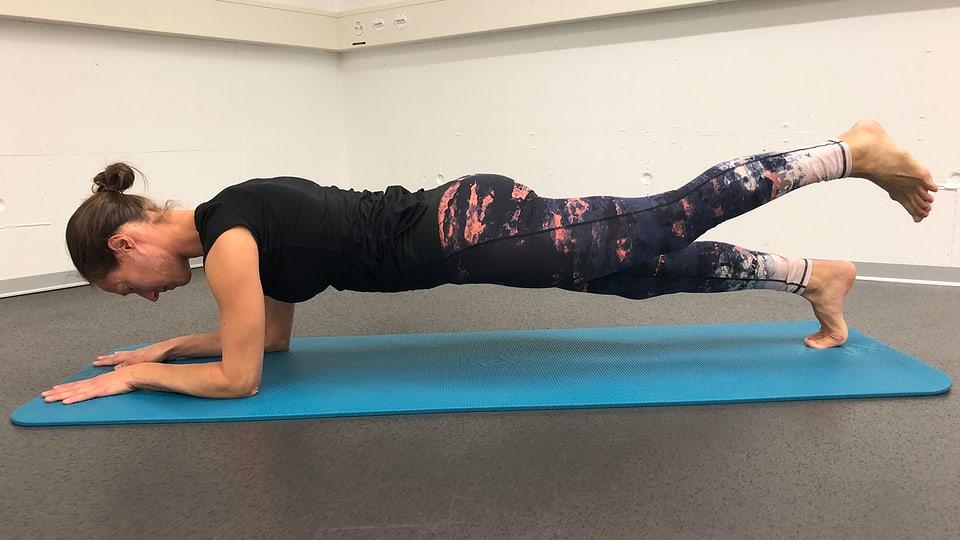 Plank: Erschwerung Füsse heben