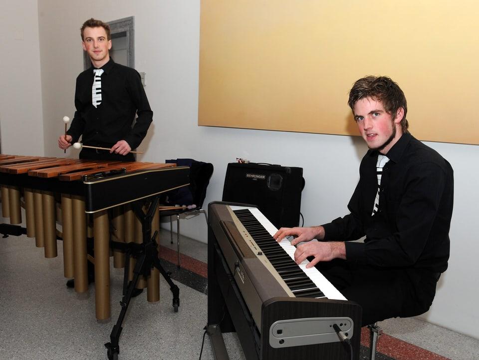 Andrin e Jon Flurin Kienz vid lur instruments.