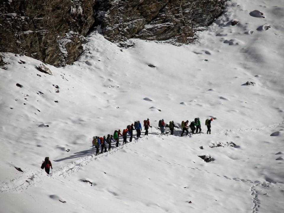Expeditionsteilnehmer beim Aufstieg. Sherpas haben den Weg vorgepfadet.