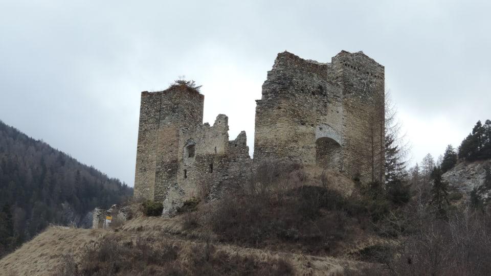 La ruina dal chastè Tschanüff da la vart dal sid-ost.