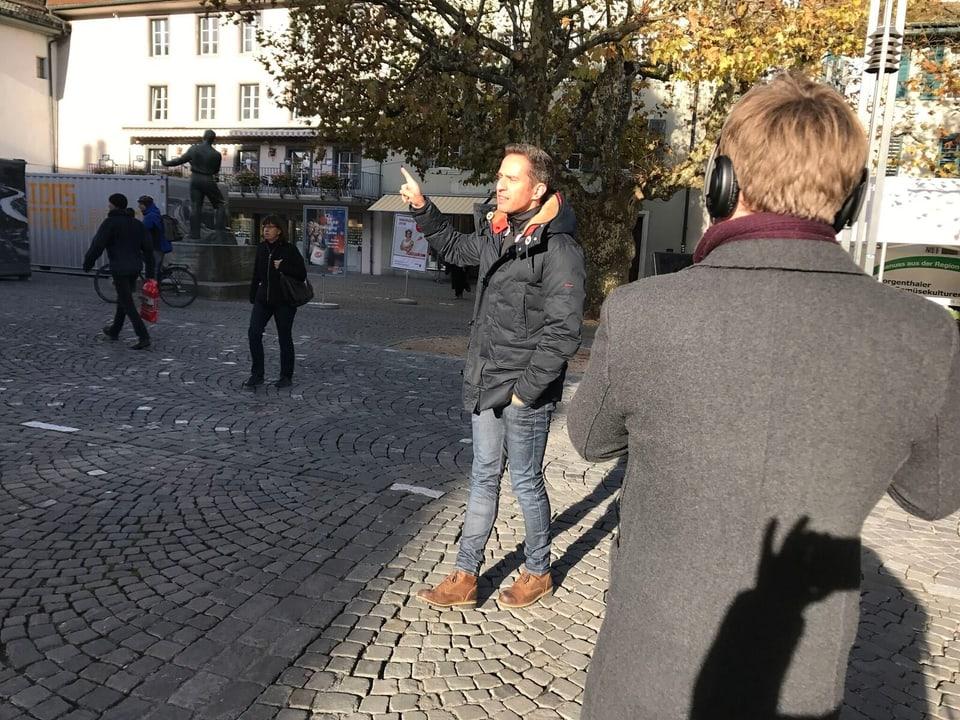 Adrian Küpfer mit Kameramann auf der Strasse.