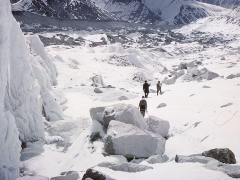 Drei Personen im Eisfeld.