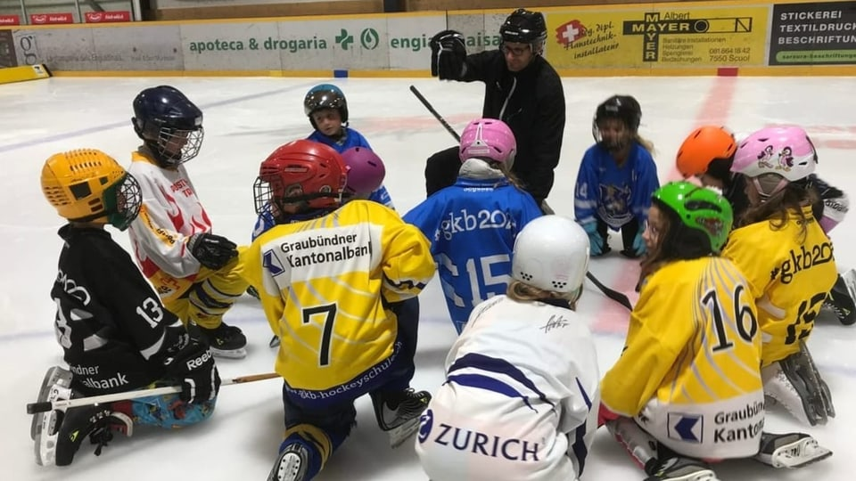 Scolars e scolaras pon ir a dar hockey (HOCKEY GOES SCHOOL)