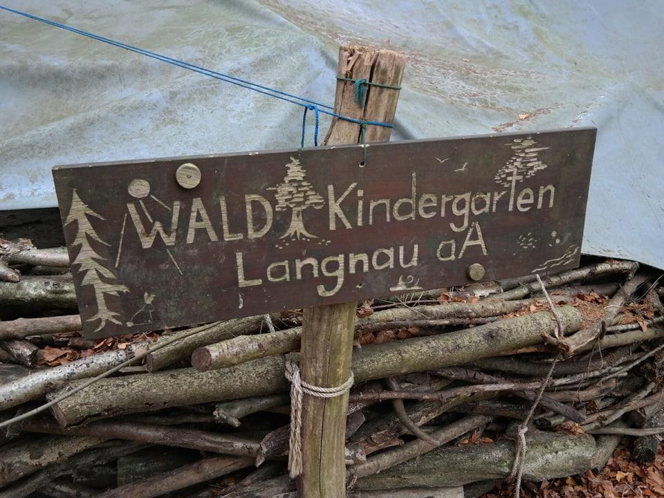 Schild «Waldkindergarten Langnau am Albis».