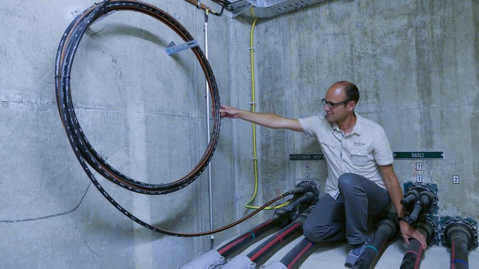 """Internet zum Anfassen 2 - links, der """"Gartenschlauch"""". Rechts drei Phasen des 110 Kilovolt Stromkabels."""