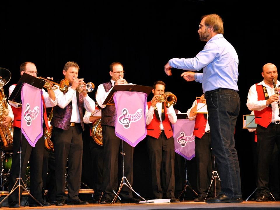 Musikanten der Wiggertaler Blaskapelle und Gasterländer Blasmusikanten gemeinsam auf der Bühne.