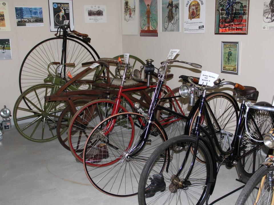 Vom Einrad bis zum Holzvelo - eine Auswahl von Fahrrädern im Velomuseum von Heinz Kunz.